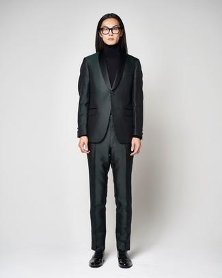 Wie kombinieren: dunkelgrüner Anzug, schwarzer Rollkragenpullover, schwarze Leder Slipper