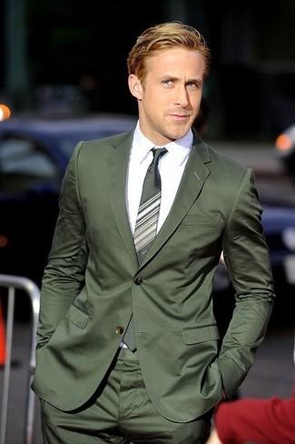 Wie kombinieren: dunkelgrüner Anzug, weißes Businesshemd, grüne horizontal gestreifte Krawatte