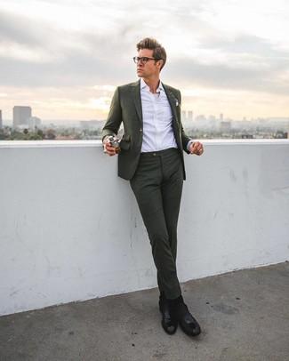 Wie kombinieren: dunkelgrüner Anzug, weißes Businesshemd, schwarze Chelsea-Stiefel aus Leder