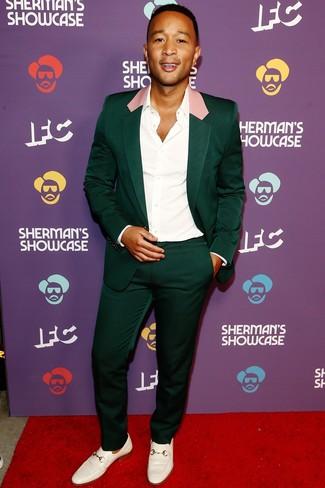 Dunkelgrünen Anzug kombinieren: trends 2020: Entscheiden Sie sich für einen dunkelgrünen Anzug und ein weißes Businesshemd für einen stilvollen, eleganten Look. Fühlen Sie sich ideenreich? Wählen Sie weißen Leder Slipper.