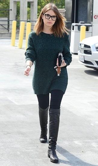 Wie kombinieren: dunkelgrüner bedruckter Pullover mit einem Rundhalsausschnitt, schwarze enge Jeans, schwarze kniehohe Stiefel aus Leder