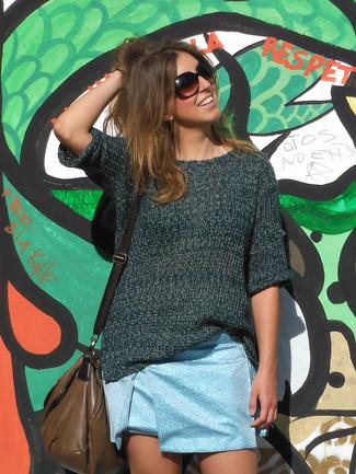Hellblauen Minirock kombinieren: trends 2020: Wenn Sie nach dem perfekten Freizeit-Outfit suchen, erwägen Sie das Tragen von einem dunkelgrünen Kurzarmpullover und einem hellblauen Minirock.