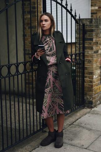 Dunkelgrünen Mantel kombinieren – 73 Damen Outfits: Für dieses Casual-Outfit eignen sich ein dunkelgrüner Mantel und ein dunkelgrünes bedrucktes Midikleid ganz super. Machen Sie diese Aufmachung leger mit dunkelgrauen Ugg Stiefeln.