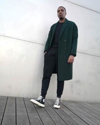 Trainingsanzug kombinieren – 114 Herren Outfits: Kombinieren Sie einen Trainingsanzug mit einem dunkelgrünen Mantel für ein Alltagsoutfit, das Charakter und Persönlichkeit ausstrahlt. Suchen Sie nach leichtem Schuhwerk? Vervollständigen Sie Ihr Outfit mit schwarzen und weißen hohen Sneakers aus Segeltuch für den Tag.