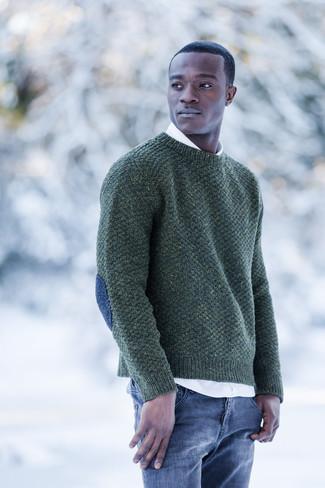 Wie kombinieren: dunkelgrüner Pullover mit einem Rundhalsausschnitt, weißes Langarmhemd, blaue Jeans