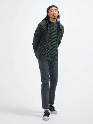 Dunkelgraue Chinohose kombinieren – 500+ Herbst Herren Outfits: Paaren Sie einen dunkelgrünen Strickpullover mit einer dunkelgrauen Chinohose für ein großartiges Wochenend-Outfit. Wenn Sie nicht durch und durch formal auftreten möchten, entscheiden Sie sich für schwarzen und weißen Segeltuch niedrige Sneakers. Das Outfit ist mega für den Herbst.