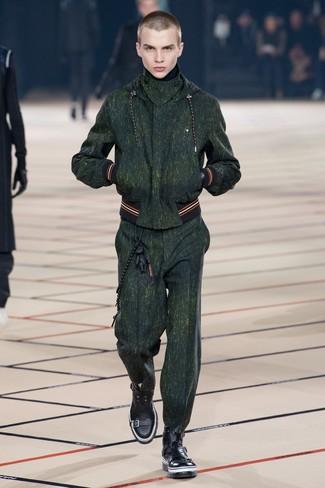 dunkelgrüner Trainingsanzug, schwarze Lederfreizeitstiefel für Herren