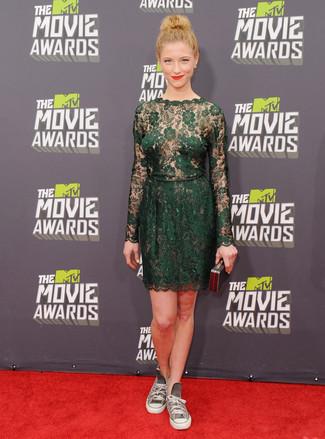 Wie kombinieren: dunkelgrünes gerade geschnittenes Kleid aus Spitze, graue hohe Sneakers aus Segeltuch, schwarze Clutch