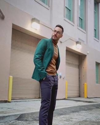 Wie kombinieren: dunkelgrünes Sakko, beige Rollkragenpullover, dunkelblaue Anzughose