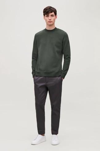 Dunkellila Chinohose kombinieren – 40 Herren Outfits: Erwägen Sie das Tragen von einem dunkelgrünen Sweatshirt und einer dunkellila Chinohose für ein großartiges Wochenend-Outfit. Ergänzen Sie Ihr Look mit weißen Segeltuch niedrigen Sneakers.
