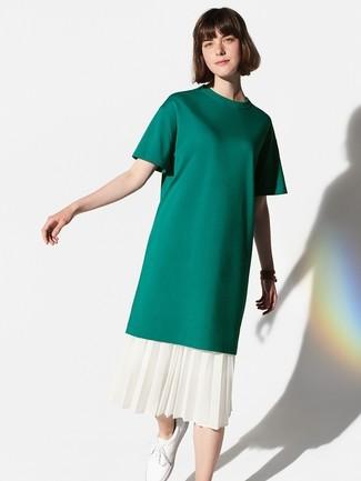 Wie kombinieren: dunkelgrünes T-Shirt mit einem Rundhalsausschnitt, weißer Midirock mit Falten, weiße Leder niedrige Sneakers