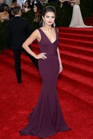 Selena Gomez trägt Dunkellila Ballkleid, Silberne Ohrringe, Silberner Ring