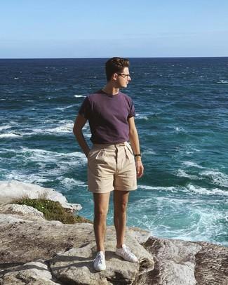 Wie kombinieren: dunkellila T-Shirt mit einem Rundhalsausschnitt, hellbeige Chinohose, weiße niedrige Sneakers