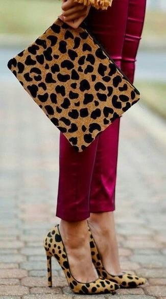 Beige Wildleder Clutch mit Leopardenmuster kombinieren – 12 Elegante Damen Outfits: Paaren Sie eine dunkelrote enge Hose mit einer beige Wildleder Clutch mit Leopardenmuster, um sich selbstbewusst zu fühlen und cool auszusehen. Komplettieren Sie Ihr Outfit mit beige Wildleder Pumps mit Leopardenmuster.