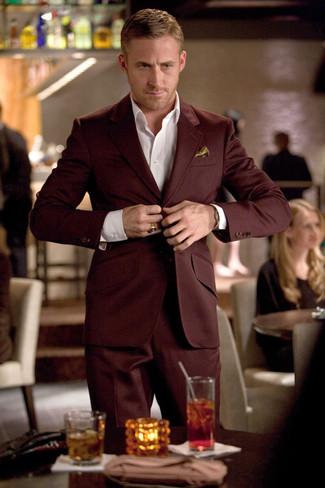 Wie kombinieren: dunkelroter Anzug, weißes Businesshemd, goldenes Seide Einstecktuch
