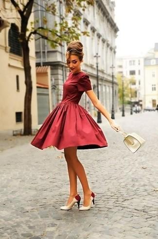 Wie kombinieren: dunkelrotes ausgestelltes Kleid, weiße und rote Leder Pumps, weiße Lederhandtasche