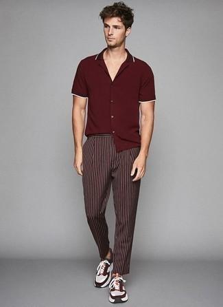 Mehrfarbige Sportschuhe kombinieren: trends 2020: Paaren Sie ein dunkelrotes Kurzarmhemd mit einer dunkelroten vertikal gestreiften Chinohose für ein bequemes Outfit, das außerdem gut zusammen passt. Fühlen Sie sich mutig? Ergänzen Sie Ihr Outfit mit mehrfarbigen Sportschuhen.