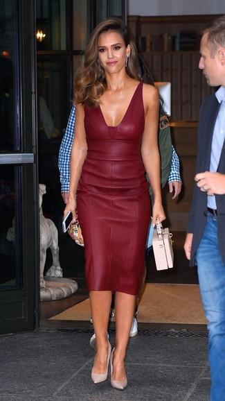 Jessica Alba trägt Dunkelrotes Leder Etuikleid, Rosa Leder Pumps, Rosa Lederhandtasche