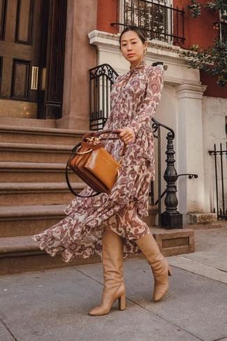 Wie kombinieren: dunkelrotes Maxikleid mit Paisley-Muster, beige kniehohe Stiefel aus Leder, rotbraune Shopper Tasche aus Leder