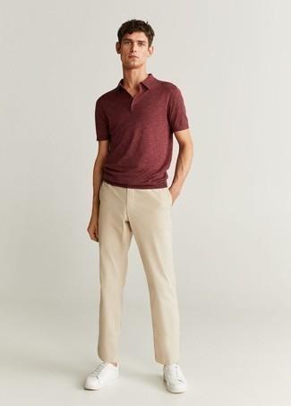 Dunkelrotes Polohemd kombinieren – 106 Herren Outfits: Vereinigen Sie ein dunkelrotes Polohemd mit einer hellbeige Chinohose, um einen lockeren, aber dennoch stylischen Look zu erhalten. Weiße Leder niedrige Sneakers sind eine ideale Wahl, um dieses Outfit zu vervollständigen.