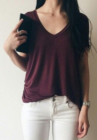 Wie kombinieren: dunkelrotes T-Shirt mit einem V-Ausschnitt, weiße enge Jeans, silberne Uhr