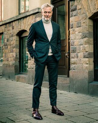 Dunkelrote Lederfreizeitstiefel kombinieren – 158 Herren Outfits: Tragen Sie einen dunkeltürkisen Anzug und einen grauen Wollrollkragenpullover für eine klassischen und verfeinerte Silhouette. Machen Sie diese Aufmachung leger mit einer dunkelroten Lederfreizeitstiefeln.
