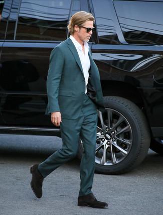 Wie kombinieren: dunkeltürkiser Anzug, weißes Businesshemd, dunkelbraune Wildleder Derby Schuhe