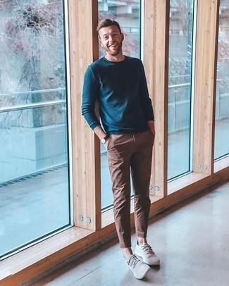 Graue niedrige Sneakers kombinieren – 312 Herren Outfits: Kombinieren Sie einen dunkeltürkisen Pullover mit einem Rundhalsausschnitt mit einer braunen Chinohose für einen bequemen Alltags-Look. Fühlen Sie sich mutig? Wählen Sie grauen niedrige Sneakers.