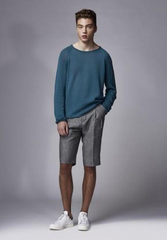 Wie kombinieren: dunkeltürkiser Pullover mit einem Rundhalsausschnitt, graue vertikal gestreifte Shorts, weiße Leder niedrige Sneakers