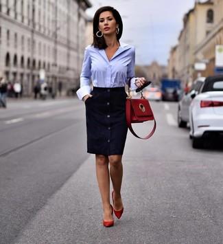 Wie kombinieren: dunkelblaues Wildleder Etuikleid, hellblaues Businesshemd, rote Wildleder Pumps, rote Satchel-Tasche aus Leder