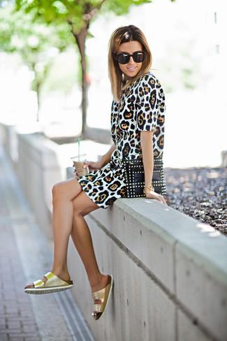 Wie kombinieren: beige Etuikleid mit Leopardenmuster, goldene flache Sandalen aus Leder, schwarze beschlagene Leder Clutch, schwarze Sonnenbrille