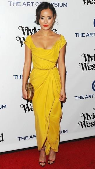 Wie kombinieren: gelbes Etuikleid, rote Leder Sandaletten, goldene Clutch, goldene Ohrringe