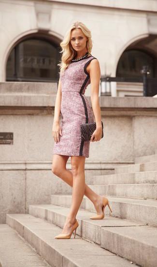 Schwarze Halskette kombinieren – 178 Damen Outfits: Probieren Sie die Kombination aus einem rosa Etuikleid und einer schwarzen Halskette, um ein ultralässiges Outfit zu erzielen. Dieses Outfit passt hervorragend zusammen mit beige Leder Pumps.