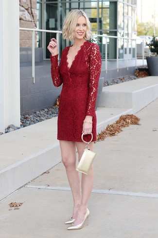 Paaren Sie ein rotes spitze etuikleid mit einer goldenen leder clutch von Even&Odd, um sich selbstbewusst zu fühlen und modisch auszusehen. Komplettieren Sie Ihr Outfit mit goldenen leder pumps.