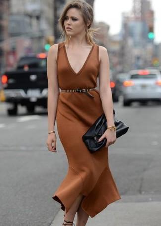 Wie kombinieren: braunes Etuikleid, schwarze Leder Sandaletten, schwarze Leder Clutch, schwarzer beschlagener Leder Taillengürtel