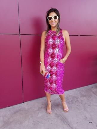 Wie kombinieren: fuchsia verziertes Etuikleid, rosa Leder Sandaletten, mehrfarbige vertikal gestreifte Clutch, weiße Sonnenbrille