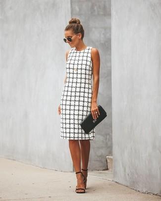Wie kombinieren: weißes und schwarzes Etuikleid mit Karomuster, schwarze Leder Sandaletten, schwarze gesteppte Leder Clutch, schwarze und goldene Sonnenbrille