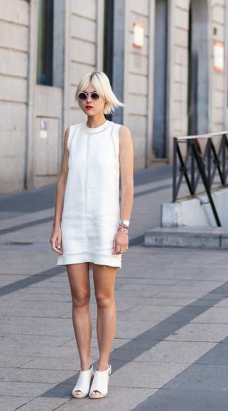 Wie kombinieren: weißes Etuikleid, weiße Leder Pantoletten, weiße und schwarze Sonnenbrille, silberne Uhr