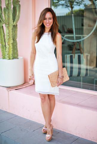 Damen Outfits & Modetrends 2020: Um eine klassische und tolle Silhouette zu schaffen, wahlen Sie ein weißes Chiffon Etuikleid. Komplettieren Sie Ihr Outfit mit goldenen Leder Sandaletten.