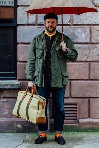 Schwarze Segeltuchuhr kombinieren – 94 Herren Outfits: Erwägen Sie das Tragen von einer olivgrünen Feldjacke und einer schwarzen Segeltuchuhr für einen entspannten Wochenend-Look. Fühlen Sie sich mutig? Entscheiden Sie sich für dunkellila Leder Slipper.