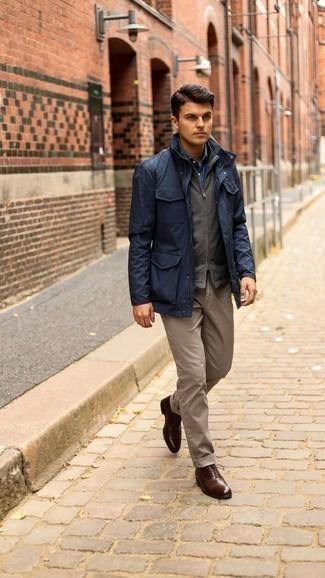 Braune Chinohose kombinieren – 500+ Herren Outfits: Kombinieren Sie eine dunkelblaue Feldjacke mit einer braunen Chinohose, um mühelos alles zu meistern, was auch immer der Tag bringen mag. Putzen Sie Ihr Outfit mit dunkelbraunen Leder Oxford Schuhen.