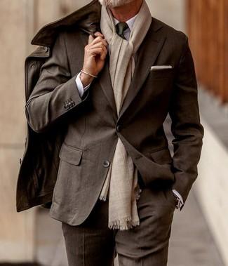 Wie kombinieren: dunkelbraune Feldjacke aus Leder, dunkelbrauner Anzug, weißes Businesshemd, dunkelgrüne Krawatte
