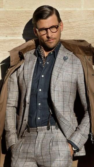 Wie kombinieren: braune Feldjacke, grauer Anzug mit Schottenmuster, dunkelblaues Chambray Langarmhemd, dunkelbrauner gepunkteter Seideschal