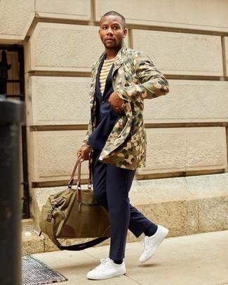 Weiße Leder niedrige Sneakers kombinieren – 1200+ Herren Outfits: Tragen Sie eine olivgrüne Camouflage Feldjacke und einen dunkelblauen Anzug für eine klassischen und verfeinerte Silhouette. Wählen Sie die legere Option mit weißen Leder niedrigen Sneakers.