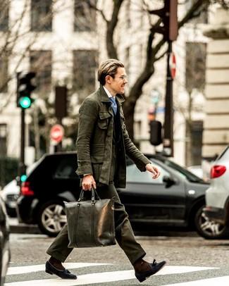 Hellblaue bedruckte Krawatte kombinieren: trends 2020: Vereinigen Sie eine dunkelgrüne Feldjacke mit einer hellblauen bedruckten Krawatte für eine klassischen und verfeinerte Silhouette. Wählen Sie dunkelblauen Wildleder Slipper mit Quasten, um Ihr Modebewusstsein zu zeigen.