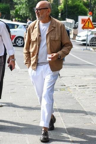 Herren Outfits & Modetrends 2020 für Frühling: Kombinieren Sie eine beige Feldjacke mit einer weißen Chinohose für einen bequemen Alltags-Look. Komplettieren Sie Ihr Outfit mit dunkelbraunen Leder Derby Schuhen, um Ihr Modebewusstsein zu zeigen. Dieses Outfit eignet sich super für den Frühling.