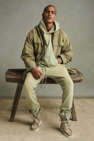 Trainingsanzug kombinieren – 93 Herren Outfits: Ein Trainingsanzug und eine beige Feldjacke sind eine kluge Outfit-Formel für Ihre Sammlung. Schalten Sie Ihren Kleidungsbestienmodus an und machen eine beige Wildlederfreizeitstiefel zu Ihrer Schuhwerkwahl.