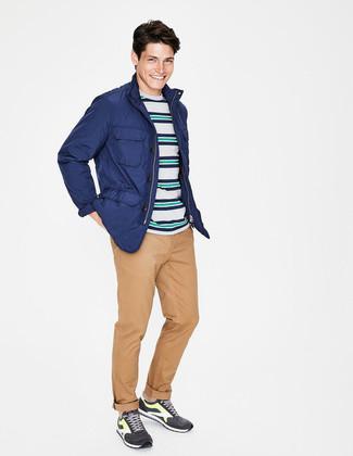 Wie kombinieren: blaue Feldjacke, mehrfarbiges horizontal gestreiftes T-Shirt mit einem Rundhalsausschnitt, beige Chinohose, dunkelgraue Sportschuhe
