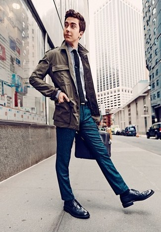 Wie kombinieren: olivgrüne Feldjacke, weißes und dunkelblaues vertikal gestreiftes Businesshemd, dunkeltürkise Anzughose, dunkelblaue Leder Brogues
