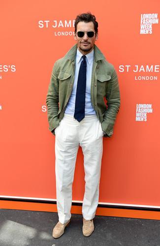 Wie kombinieren: olivgrüne Feldjacke, hellblaues Businesshemd, weiße Leinen Anzughose, beige Wildleder Slipper